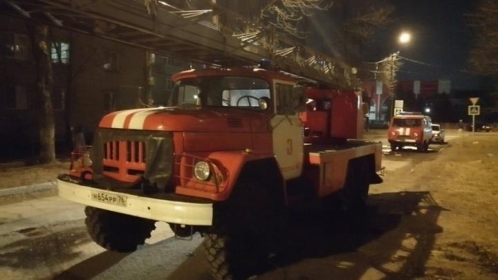 Пострадал человек: в Ярославле из горящей многоэтажки эвакуировали людей