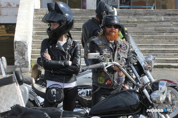 Многие мотоциклисты приезжали со своими девушками