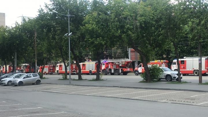В центр Екатеринбурга согнали десяток пожарных машин