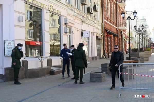 Масочный режим в Ростовской области действует с 9 мая. Его нарушителям грозит штраф до 30 тысяч рублей.