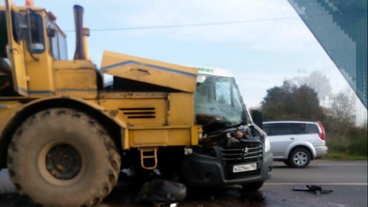 На трассе в Ярославской области рейсовый автобус врезался в трактор
