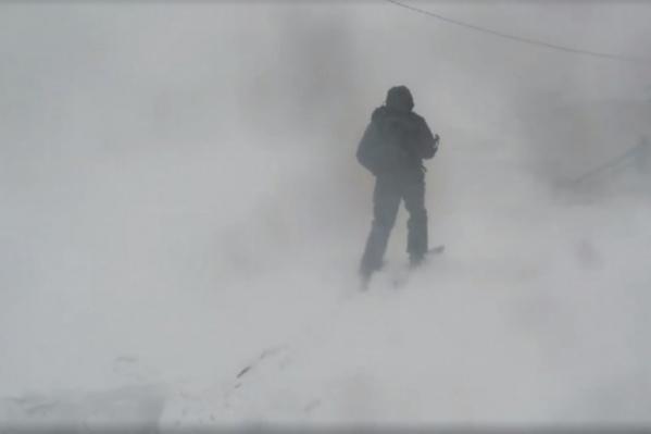 Молодые люди отправились в тундру на снегоходах, но потерялись в пурге