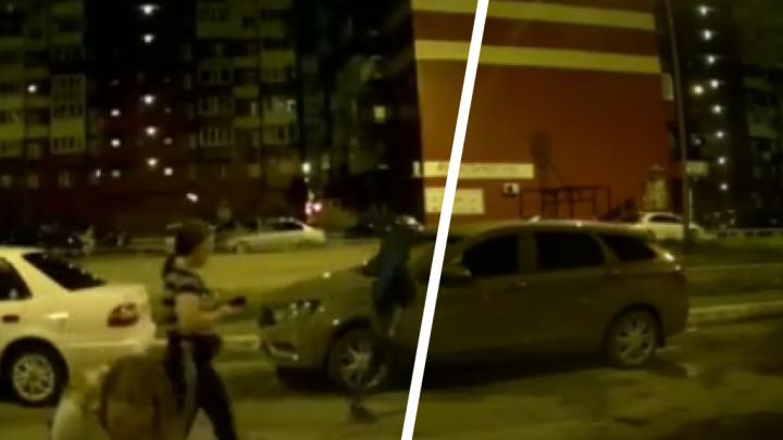 На КПД подростки ночью испортили чужие машины. Это попало на камеры видеонаблюдения