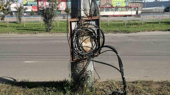 Электрик из Челябинска обнаружил оголённые провода возле остановок. Власти заявили, что проблемы нет