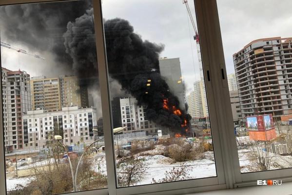На этом фото видно, что пожар возник на стройплощадке