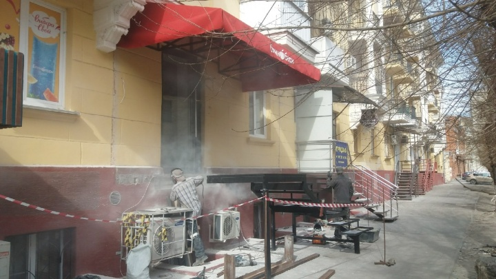 «Боимся, что дом обрушится»: в Волгограде люди требуют не открывать кафе под окнами губернатора