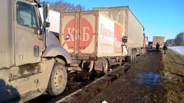 На трассе Тюмень — Омск после столкновения трёх грузовиков и легковушки погиб водитель