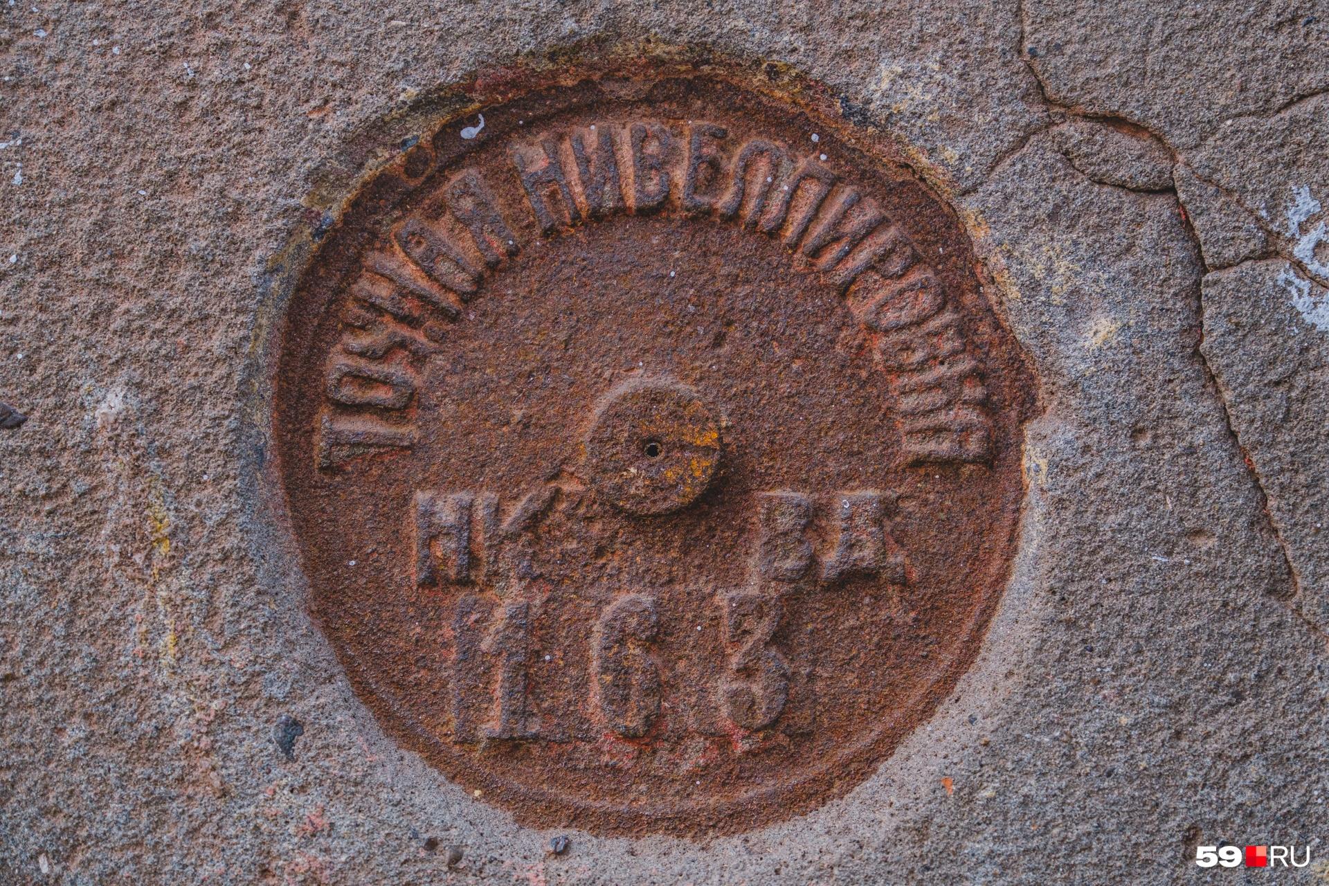 На двух домах установлены нивелировочные марки с указанием высоты над уровнем моря
