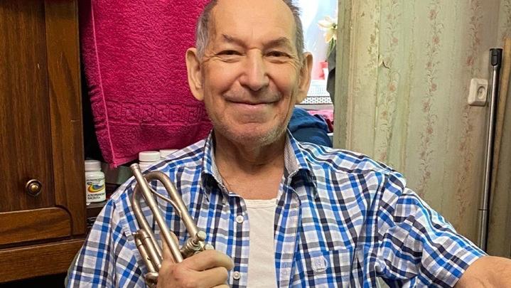 Уфимец собирает деньги для дедушки, у которого украли музыкальный инструмент