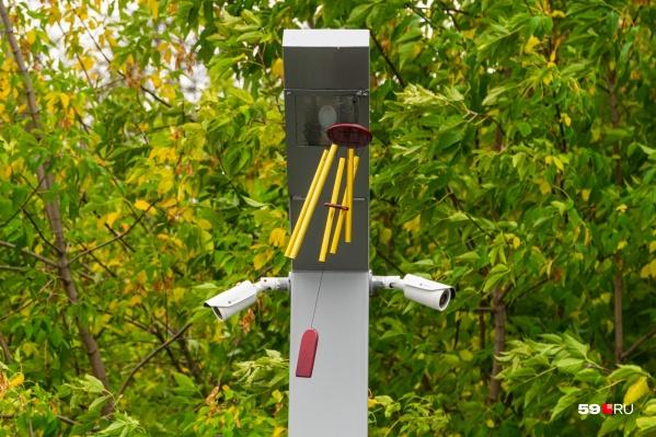 Такие колокольчики развешаны на столбах набережной