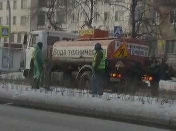Полив кустарников на оживленной дороге в декабре вызвал вопросы у жителей Челябинска