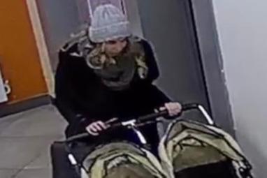 Неудавшаяся воровка пыталась украсть коляску для близнецов, но та не пролезла в дверь