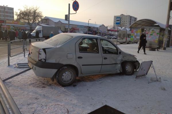 Renault на скорости вылетел прямо туда, где стояли уличные торговцы