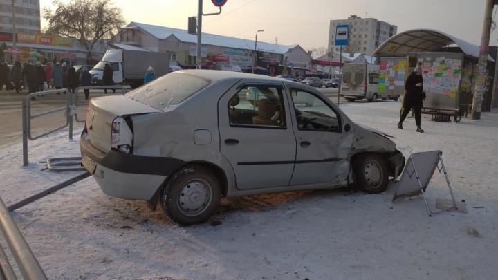 «Спасли одежда и ограждения»: челябинка рассказала подробности ДТП с вылетевшей на тротуар машиной