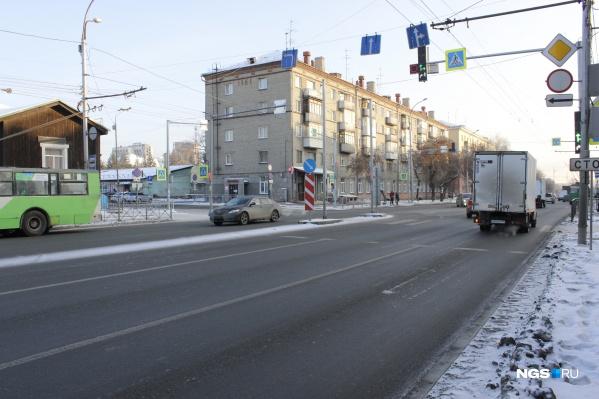 Знаки движения по полосам и дополнительная секция светофора