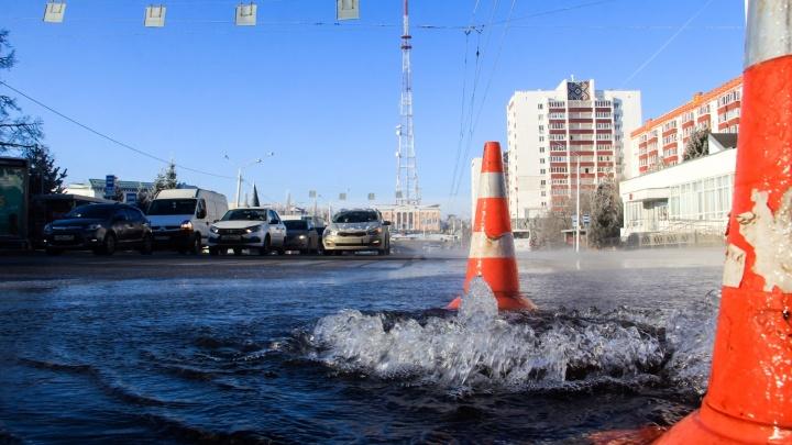 В Уфе возле БГУ из-под земли забил мощный фонтан