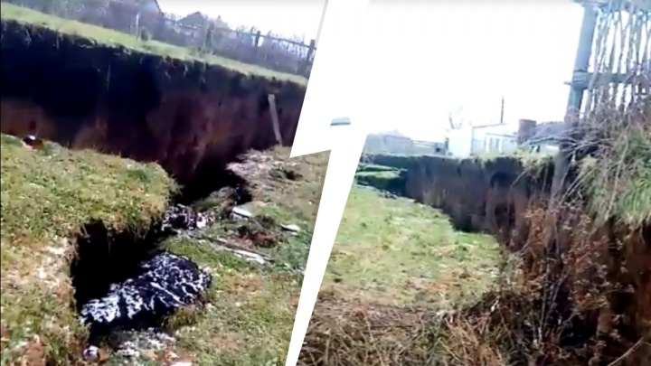Земля ушла из-под ног: оползень в свердловской деревне сняли на видео