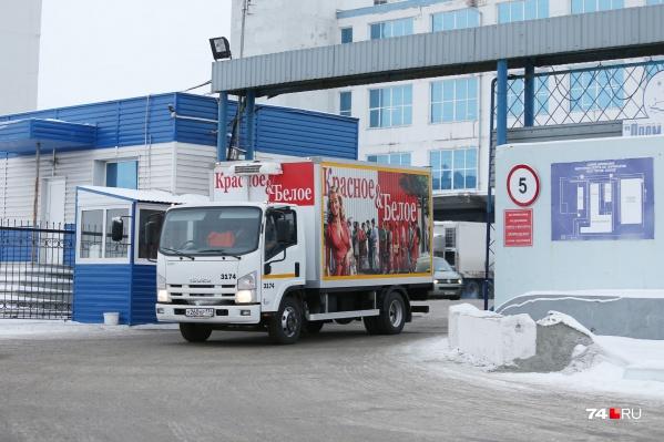 Для вывоза материальных ценностей со склада сотрудник решил не использовать служебные машины и нанял грузовик на стороне