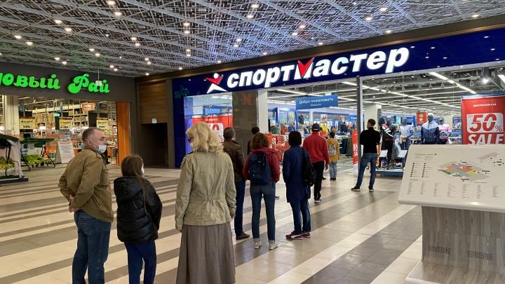 В очередь за обновками: в торговых центрах Екатеринбурга неожиданно открылись магазины одежды