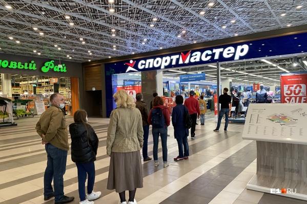 Екатеринбуржцы готовы стоять в очередях, чтобы попасть в магазин