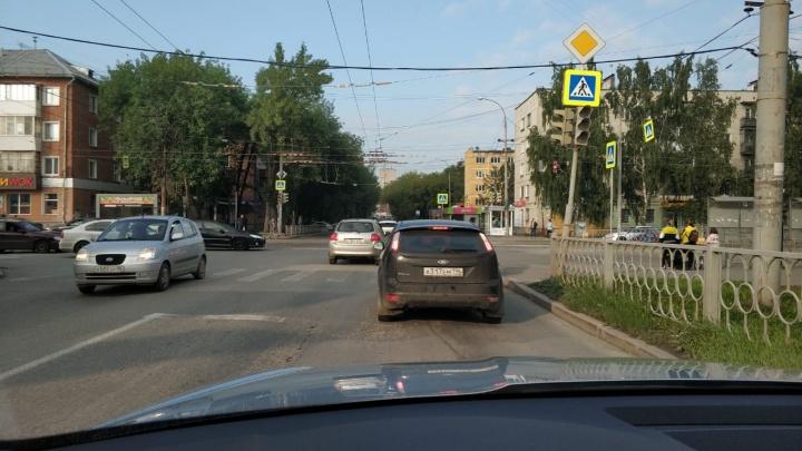 Людей из ТЦ вывели, светофоры не работают: на Уралмаше отключилось электричество