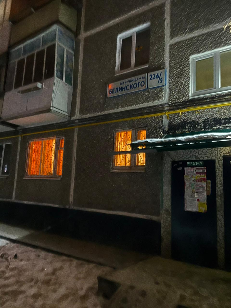 Вдоль домов на Белинского родителям с детсадовцами приходится пробираться в темноте
