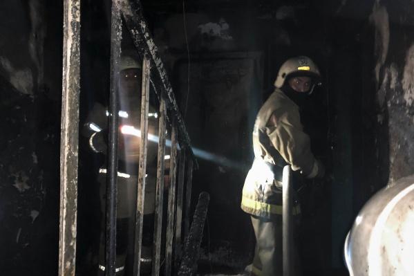 На фото видно, как сильно пострадал этаж от огня