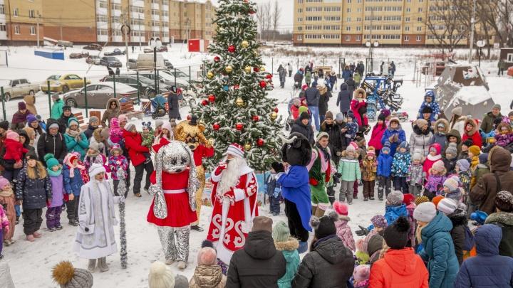 Румяные щечки и сладкие подарки: Дед Мороз поздравил маленьких жителей «Норских резиденций»