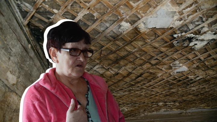 «Сверху сыпались стопочка и таблетки соседки»: после пожара архангелогородка живет с дырой в потолке