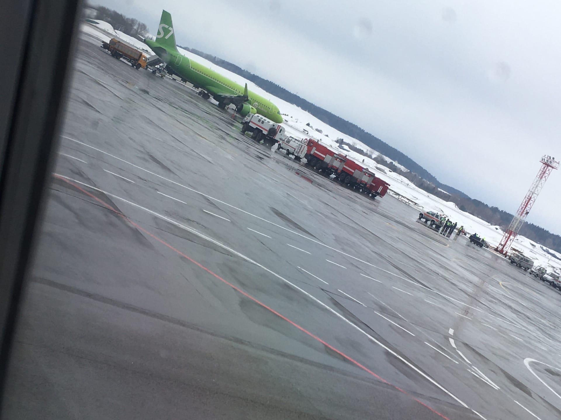 На взлетно-посадочной полосе находятся пожарные, скорые и спасатели