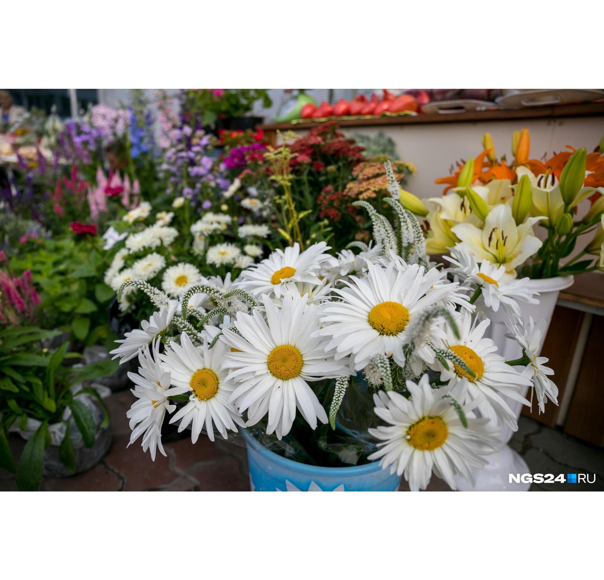 Красноярские цветочники, не успевшие организовать доставку, просто выкидывают свой товар