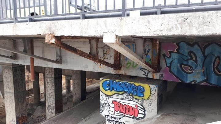 «Чиновники игнорируют»: волгоградец пожаловался в прокуратуру на «улетающие» перила Астраханского моста