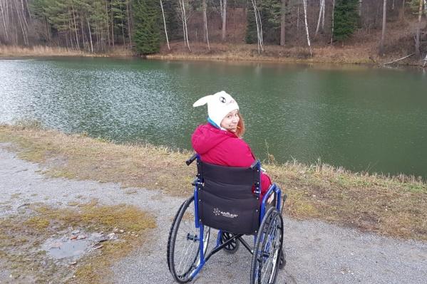 20-летняя девушка уже год вынуждена передвигаться в инвалидной коляске: нога не срастается до сих пор<br><br>&nbsp;<br>