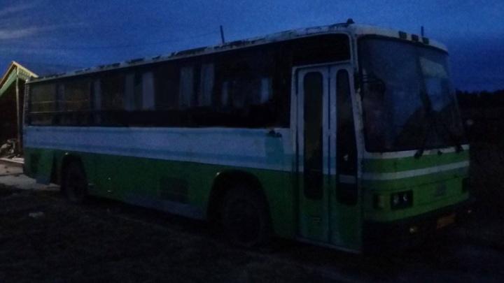 В Минусинске мужчина нанял КАМАЗ и украл припаркованный возле дома автобус