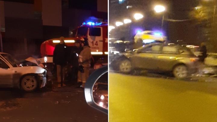 Машины разбросало по дороге: в центре Тюмени пять человек пострадали в массовой аварии