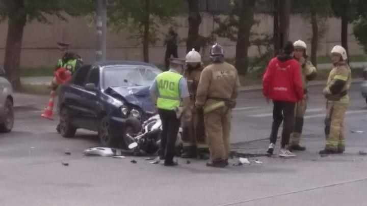 «Приехали реанимация и МЧС»: на Вторчермете жестко столкнулись легковой автомобиль и мотоциклист