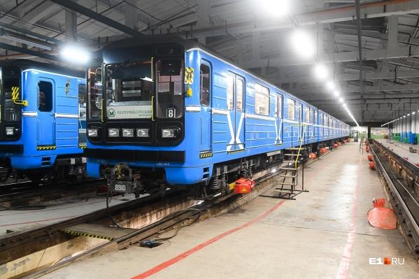 Наш фотограф пробрался в закрытую от пассажиров часть метро и посмотрел, как моют вагоны