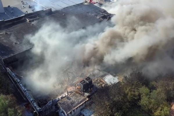 Утром 14 июля площадь пожара уменьшилась до 2000 квадратных метров. Но всё равно — это так много!