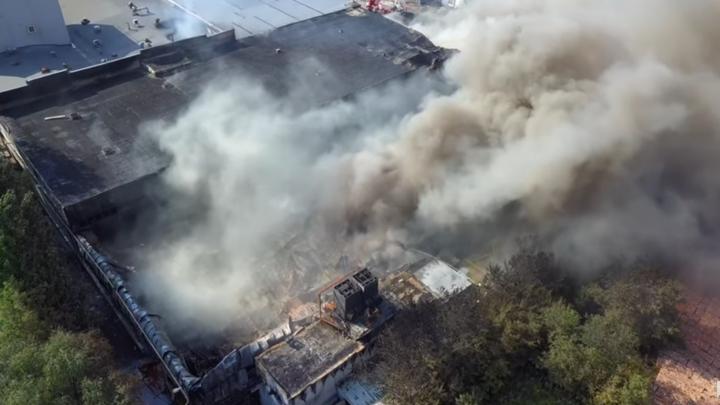 Площадь, пройденная огнем, огромна: блогер снял на видео второй день пожара на складах в Самаре