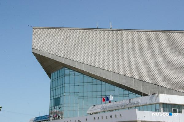 В здании, которое по форме напоминает глыбу льда, двухуровневая кровля