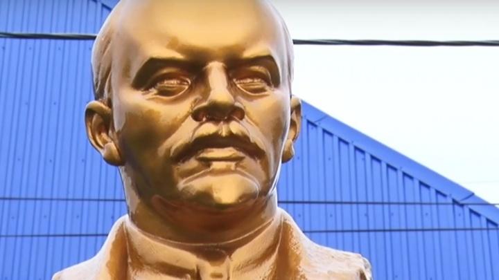 «Строят только ТЦ и пивнушки»: житель Ачинска установил возле дороги памятник Ленину