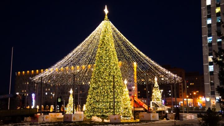 Вокруг главной елки — сверкающий шатер: как украшают центр Архангельска к Новому году