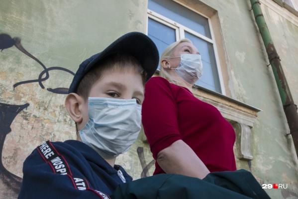 """Напомним, прошлой зимой в регионе <a href=""""https://29.ru/text/health/2021/02/12/69764771/"""" class=""""_"""" target=""""_blank"""">в разы выросла заболеваемость ковидом среди подростков</a>"""