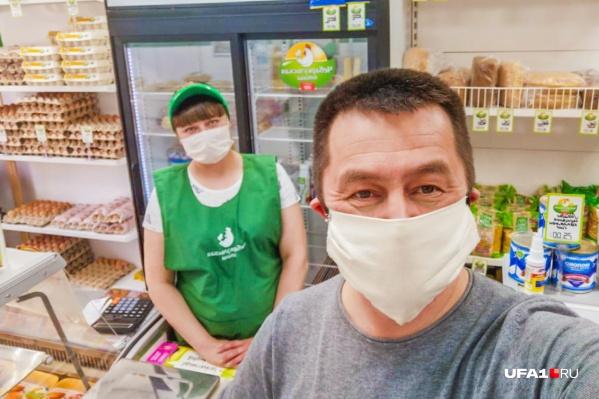Ильдар и продавцы в его магазине правила поведения в пандемию соблюдают — работают в масках