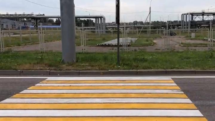 «Кто здесь будет переходить дорогу и куда?»: в Ярославле сделали пешеходный переход между заборами