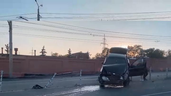 В Челябинске Chevrolet Lanos «застряла» на разделительной полосе после столкновения с КАМАЗом