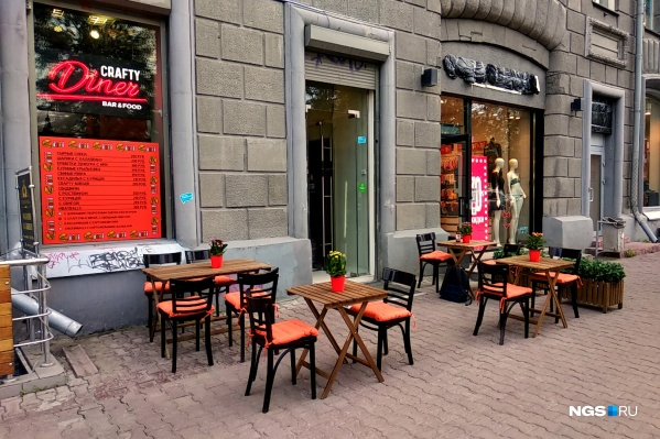 Чтобы начать работать в условиях ограничений, в закусочной выставили столы и стулья на тротуар