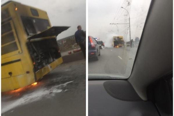 Пассажирский автобус загорелся во время проезда по Димитровскому мосту