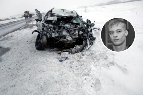 Александр Макаров выехал на встречку на трассе Омск — Новосибирск. Он погиб на месте, пассажира его машины увезли в больницу