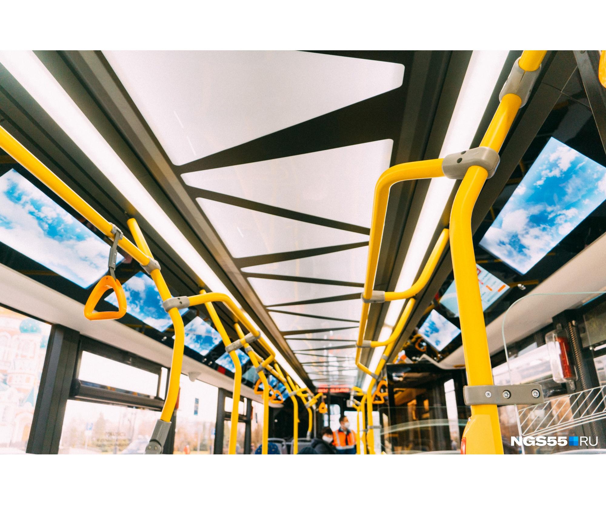 В салоне есть экраны, на которых будут показывать маршруты, расписание движения и другую полезную информацию